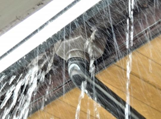 雨樋 雨漏り