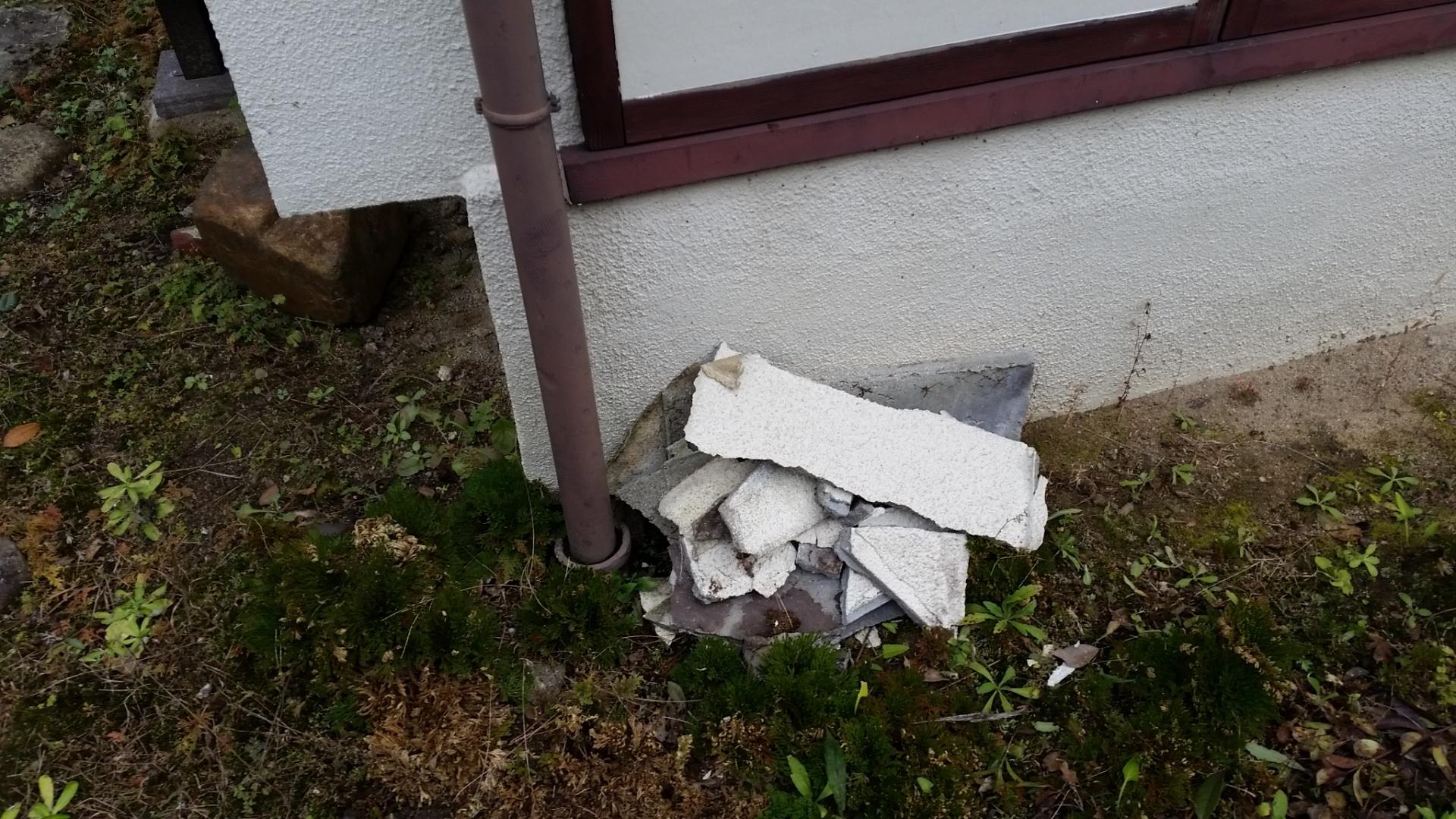 屋根の軒天部の剥がれ落ちたモルタル