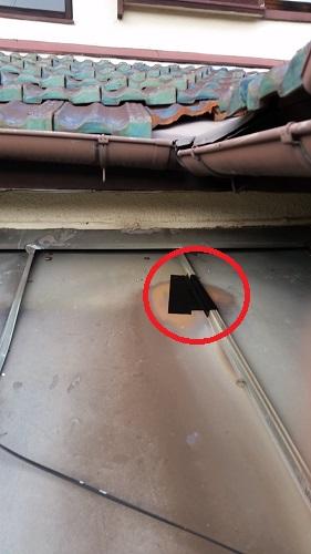鋼板屋根の劣化による穴を防水シールにて応急処置
