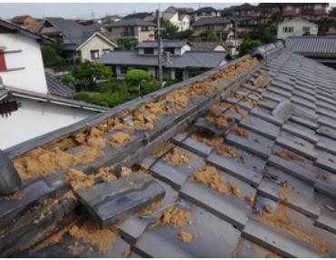 地震で棟瓦が崩れる