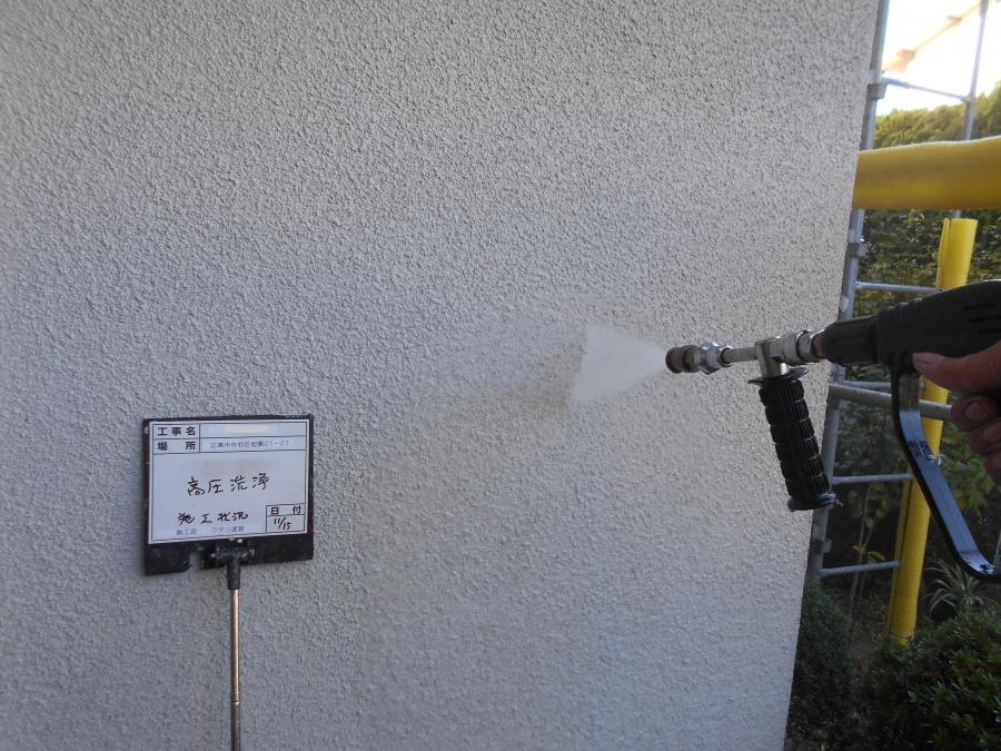 広島市佐伯区にて外壁塗装工事 高圧洗浄で汚れを落とします