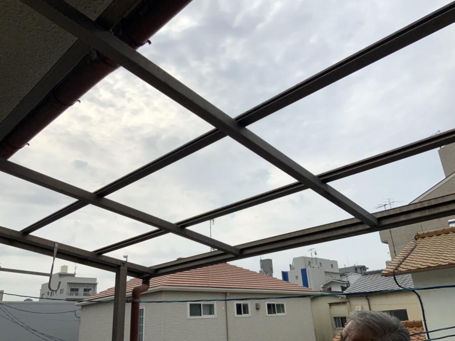 広島市にて台風によって破損したベランダ波板の修理