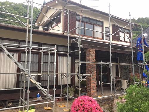 広島市安芸区の築50年たった屋根瓦の葺き直し工事の為足場を掛けました